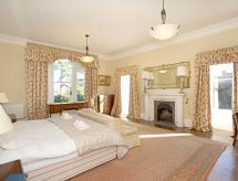 Bishop Middleham Villa Sleeps 20 WiFi, Middleham