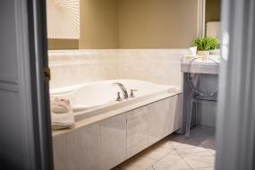 One-Bedroom Luxury King Suite - Non-Smoking, Ramada by Wyndham Cornwall