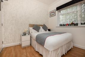 Standard Single Room with Shared Bathroom, OYO Vale Lodge