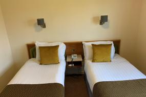 Twin Room with Private Bathroom, Hunters Lodge Hotel