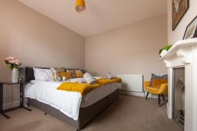 Five-Bedroom House, Large House - Contractors & Families & Private Parking by Comfy Workers