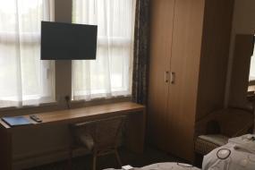 Twin Room with Bath, THE HAWTHORNES