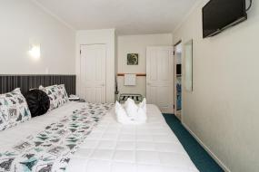 Two-Bedroom Apartment with Hot Tub, ASURE Palm Court Motor Inn