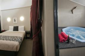 One-Bedroom Apartment with Hot Tub, Sport Of Kings Motel