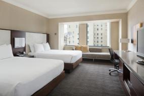 Номер Делюкс с 2 кроватями размера «queen-size» и ванной для гостей с ограниченными физическими возможностями/нарушением слуха, Hilton San Francisco Union Square
